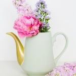 TURN TIRED TEAPOTS INTO PRETTY PASTEL VASES WITH THIS DIY!
