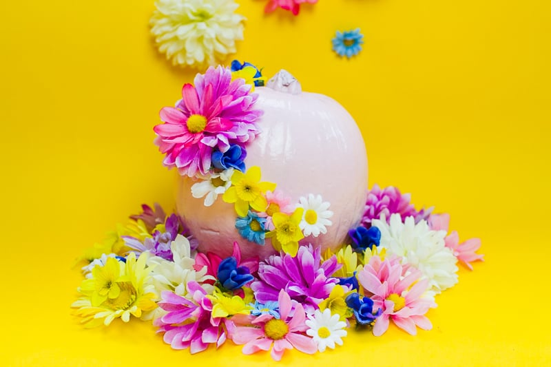 diy-floral-flower-pumpkins-in-pastel-pink-girlie-tutorial-with-faux-fake-flowers-for-halloween-autumn-fall-wedding-decor-11