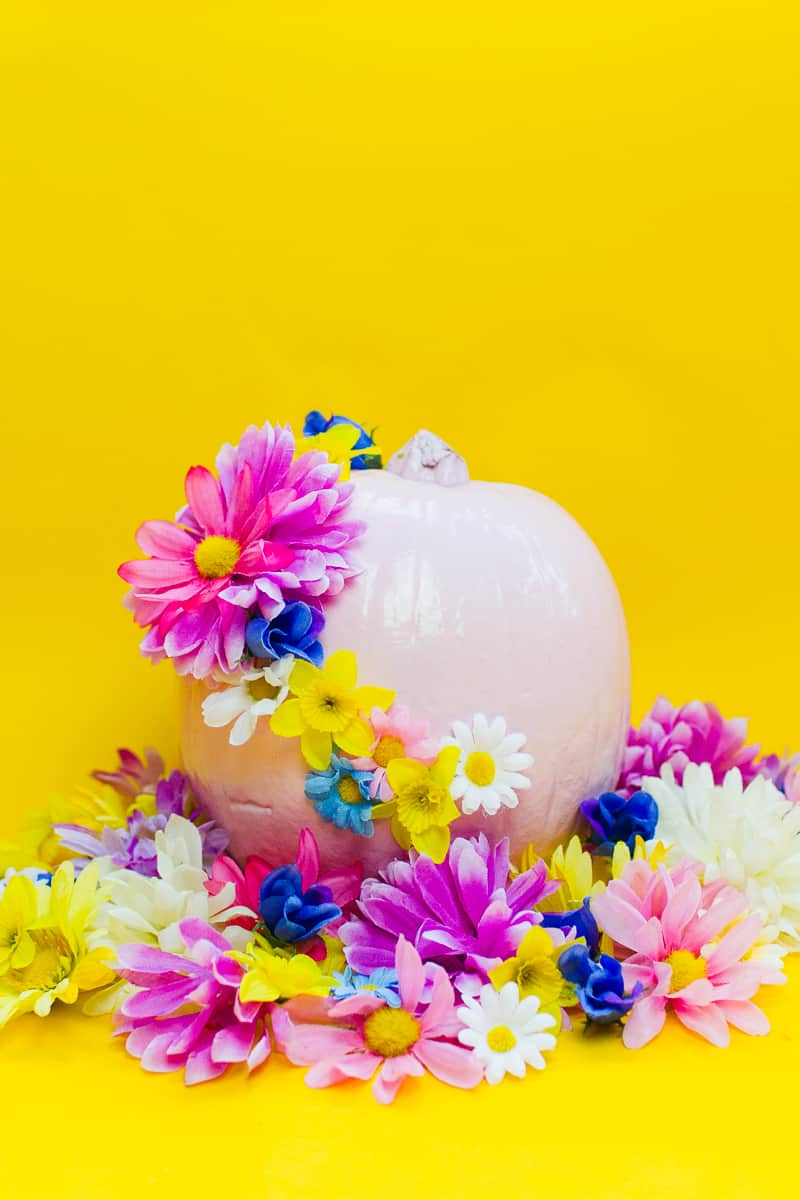 diy-floral-flower-pumpkins-in-pastel-pink-girlie-tutorial-with-faux-fake-flowers-for-halloween-autumn-fall-wedding-decor-12