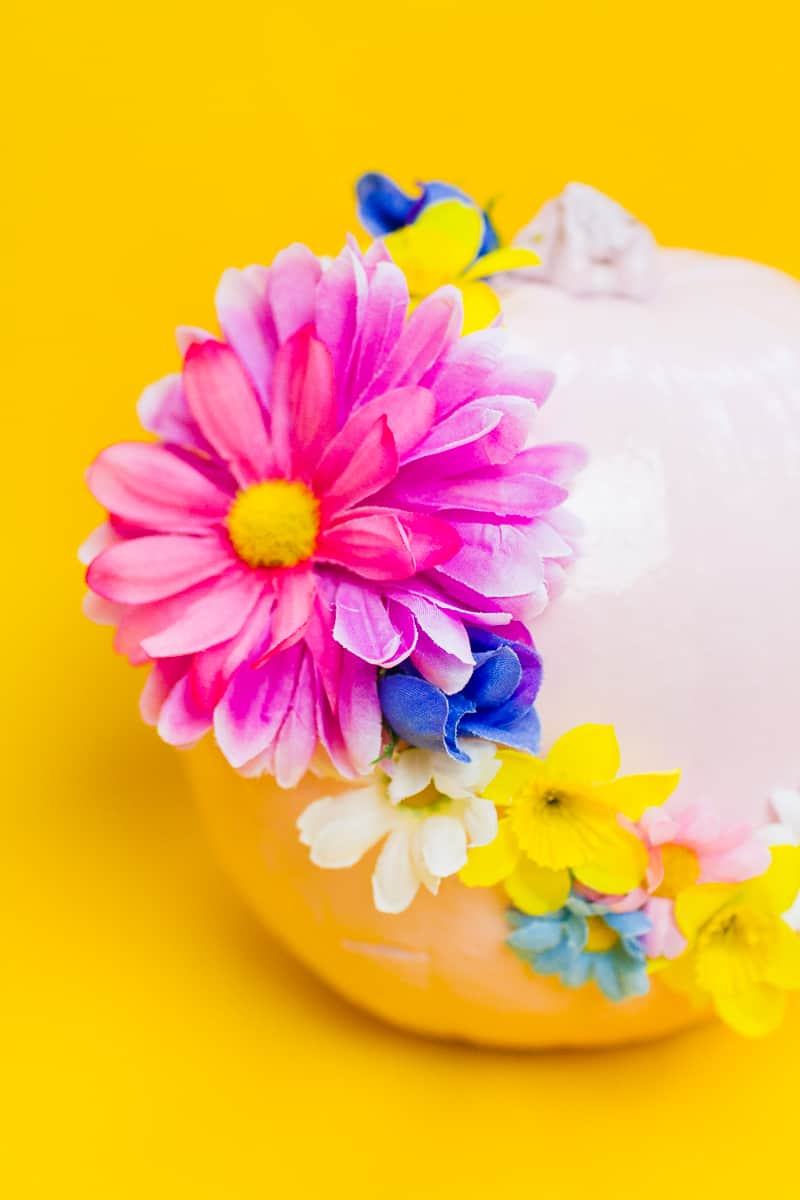 diy-floral-flower-pumpkins-in-pastel-pink-girlie-tutorial-with-faux-fake-flowers-for-halloween-autumn-fall-wedding-decor-2