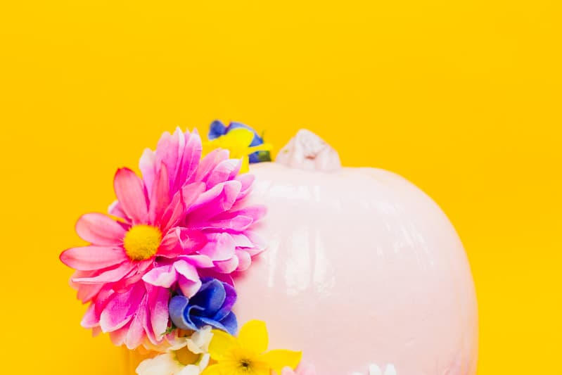 diy-floral-flower-pumpkins-in-pastel-pink-girlie-tutorial-with-faux-fake-flowers-for-halloween-autumn-fall-wedding-decor-3