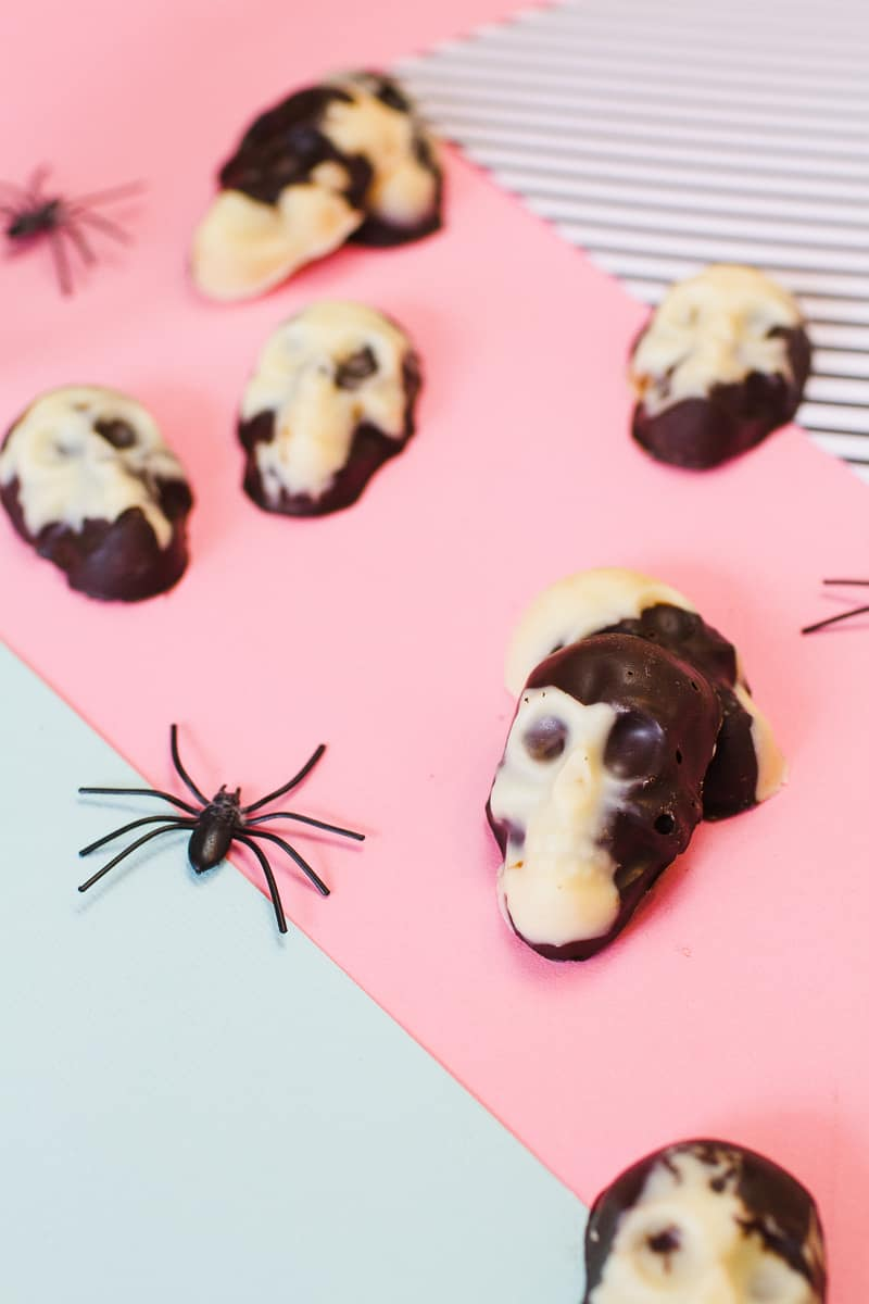 marble-chocolate-skulls-halloween-candy-diy-tutorial-recipe-favours-day-of-the-dead-white-dark-chocolate-10