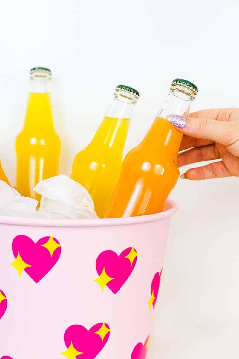 diy-emoji-heart-ice-bucket-valentines-day-drinks-cooler-cute-pink-tutorial_-9