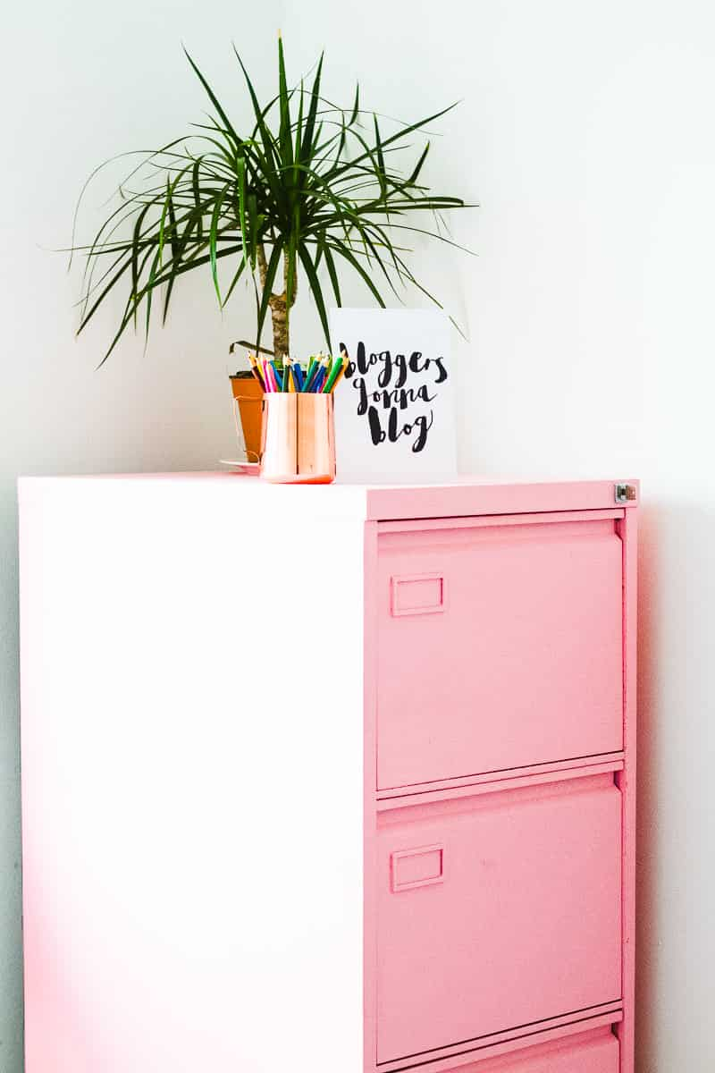 MINIMAL OFFICE Minimalism home tidying clear out anxiety-1