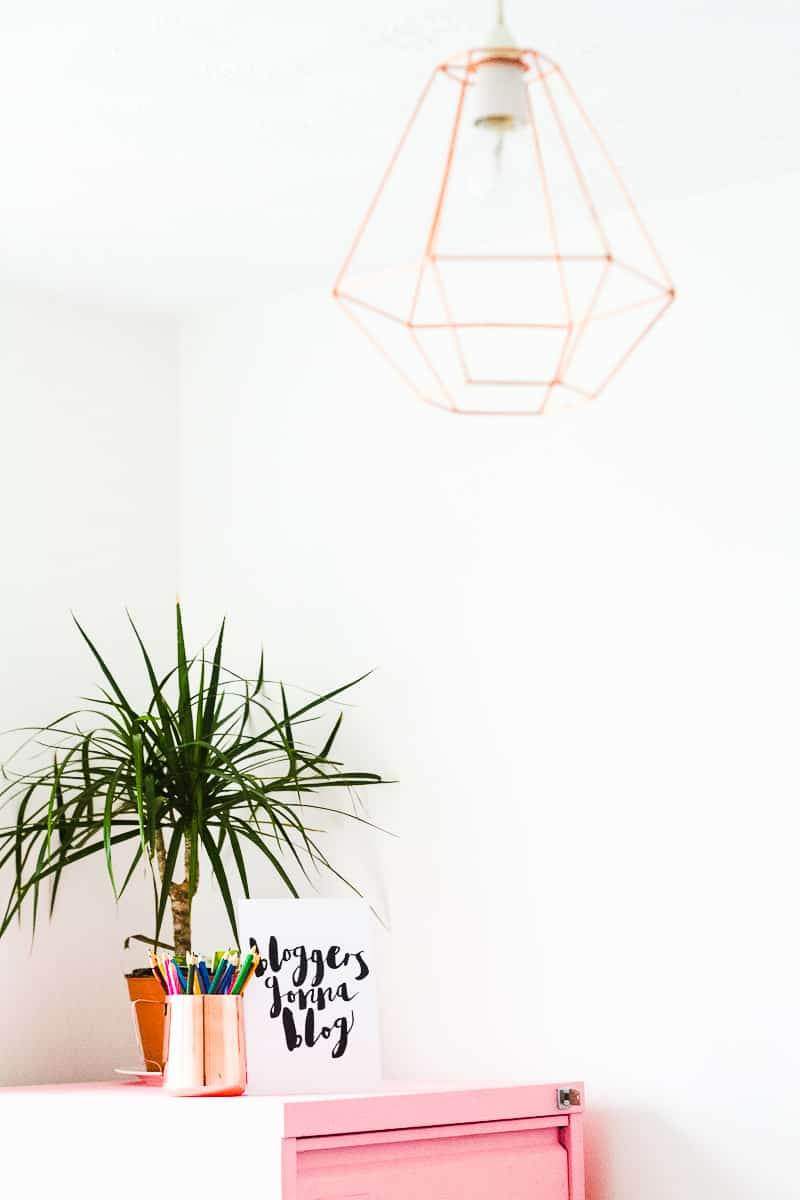 MINIMAL OFFICE Minimalism home tidying clear out anxiety-2