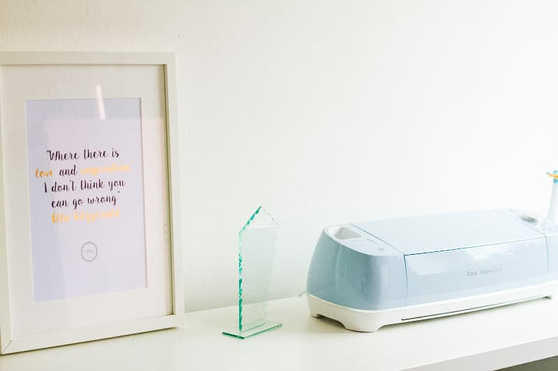 MINIMAL OFFICE Minimalism home tidying clear out anxiety-3