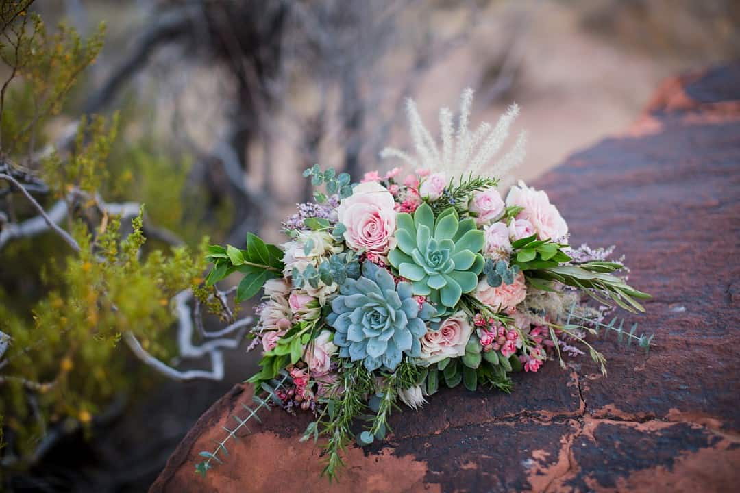 RED ROCK CANYON LAS VEGAS ELOPEMENT SUCCULENT BRIDAL BOUQUET
